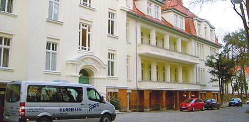 Kleinbus vorm Hotel Kaisers Garten I
